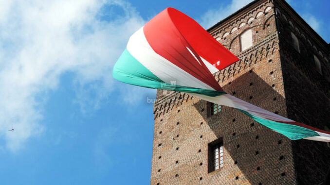 Castello-Principi-dAcaia-di-Fossano_Turm-mit-italienischer-Flagge_c-Castello-Principi-dAcaia-di-Fossano_800