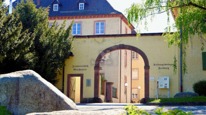 Jesuitenschloss-Merzhausen_Eingangstor_c-Alpha-Netzwerkpartner-GmbH_800