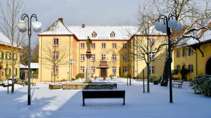 Jesuitenschloss-Merzhausen_Schlosshof-im-Winter_c-Alpha-Netzwerkpartner-GmbH_800