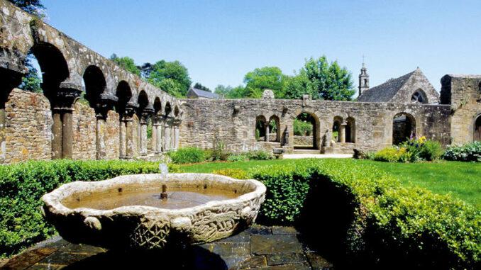 L-Abbaye-de-Daoulas_Das-romanische-Kloster_c-Bernard-Galeron_800