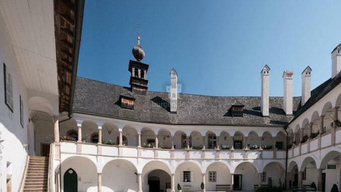 Seeschloss-Ort_Innenhof_c-Thomas-Ledl-Wikimedia-Commons_800