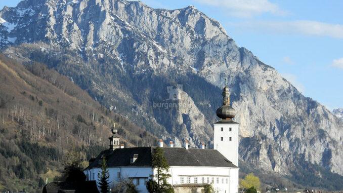 Seeschloss-Ort_Schloss-mit-Blick-auf-den-Traunstein_c-Stadtgemeinde-Gmunden_800