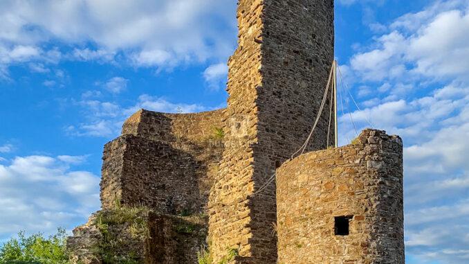 Burgruine-Windeck_Burg-im-Sonnenlicht_Susanna-Mokross-Tourismus-Windecker-Laendchen-eV_800