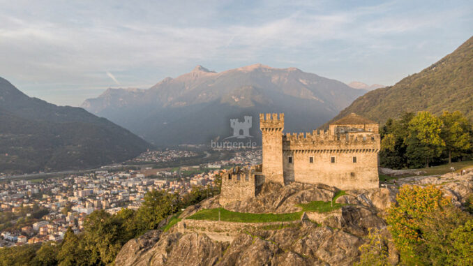 Castello-di-Sasso-Corbaro_Luftaufnahmer_c-Redesign_800
