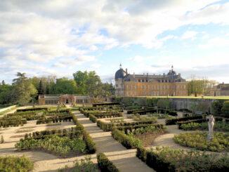 Rosengarten, Gewächshäuser und das Schloss © Château de Digoine