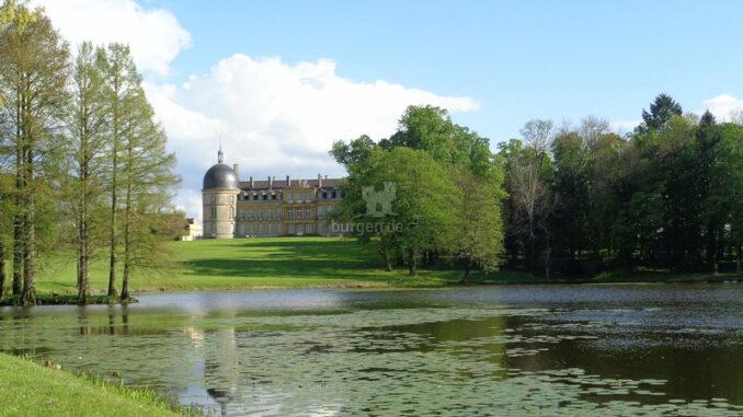 Chateau-de-Digoine_Teich-mit-Nordfassade-im-Hintergrund