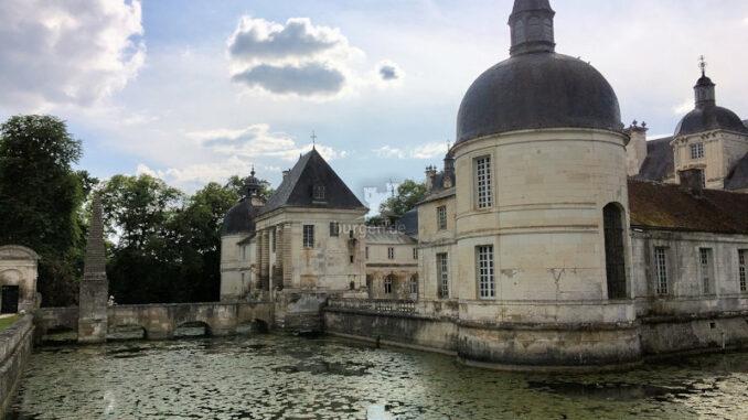 Chateau-de-Tanlay_Seitenansicht-mit-Wassergraben_c-Chateau-de-Tanlay_800