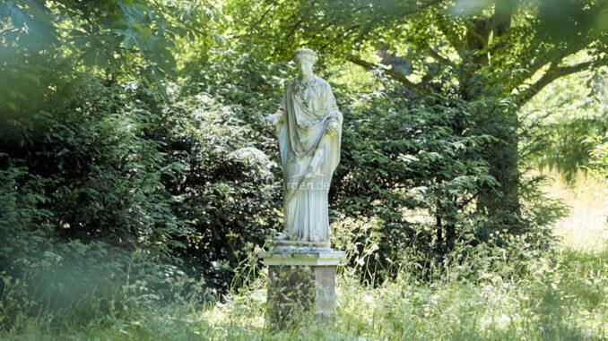 Schloss-Eutin_Florastatue-im-Schlossgarten_c-Roessler-Stiftung-Schloss-Eutin_800