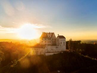 Burg im Sonnenaufgang © Schloss Waldburg