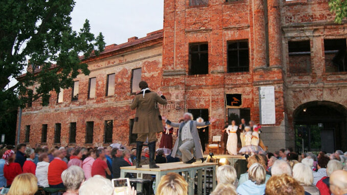 Schlossruine-Dahme-Mark_Theater-vor-dem-Schloss_c-Schlossruine-Dahme-Mark_800