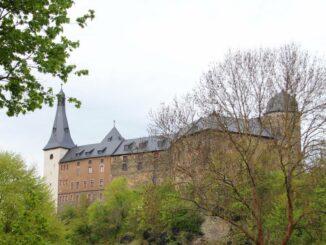 Südwestfassade der Burg Mylau mit dem schlanken Glockenturm und dem Bergfried Photo:© Museum Burg Mylau Frau Sina Lorbeer Klausnitz
