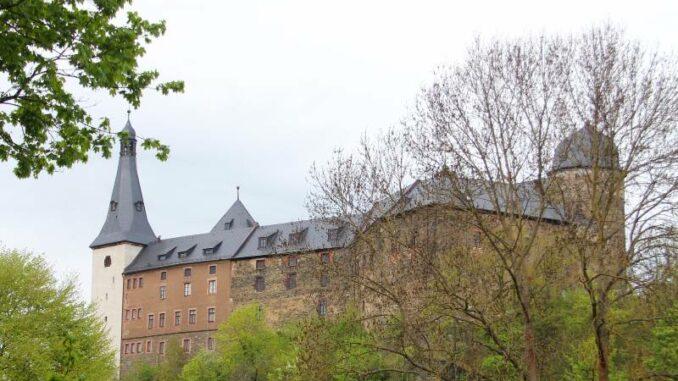 Burg-Mylau_Südwestfassade-mit-dem-schlanken-Glockenturm-und-dem-Bergfried_c-Museum-Burg-Mylau-Sina-Lorbeer-Klausnitz_800