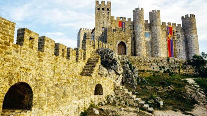 Castelo-de-Obidos_Burg-mit-Bannern-geschmueckt_c-Castelo-de-Obidos