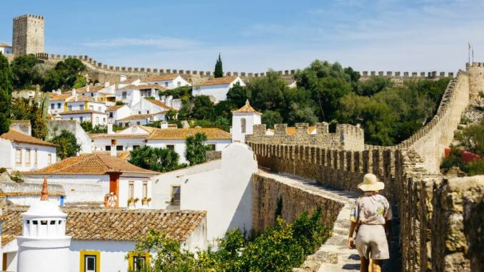 Castelo-de-Obidos_Wandern-auf-der-Stadtmauer_c-Castelo-de-Obidos