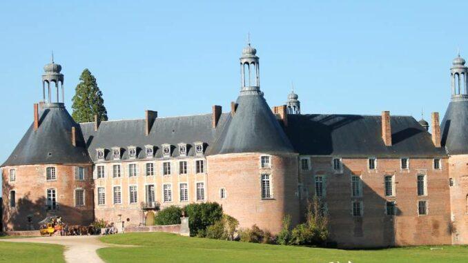 Chateau-de-Saint-Fargeau_Blick-vom-Park_c-Chateau-de-Saint-Fargeau_800