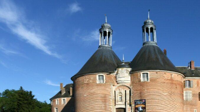 Chateau-de-Saint-Fargeau_Die-Tuerme-von-Bar-und-Toucy _c-Luctheo_800