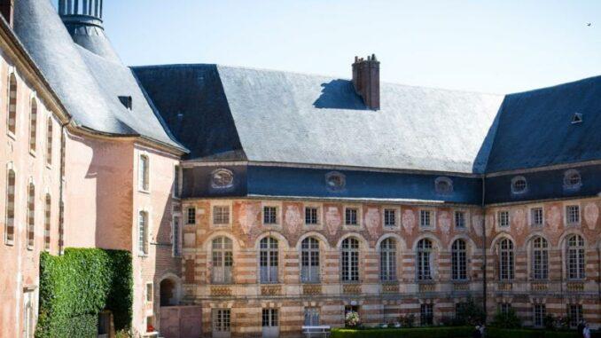Chateau-de-Saint-Fargeau_Innenhof_c-Chateau-de-Saint-Fargeau_800