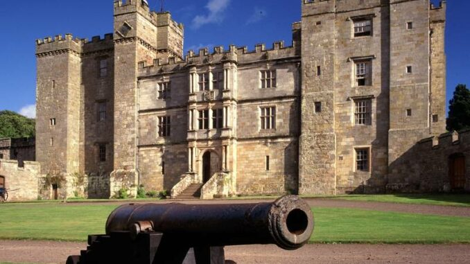 Chillingham-Castle_Nordfassade-mit-Kanone_c-Chillingham-Castle_800