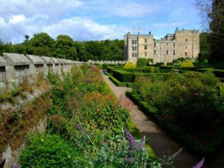 Chillingham Castle und seine sommerlicher Gärten Photo © Chillingham Castle
