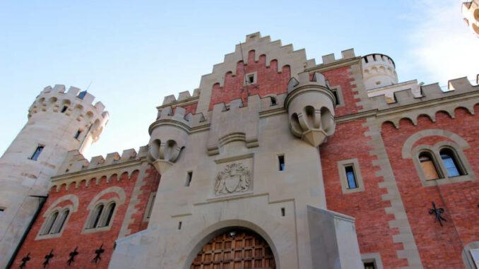 Schloss-Neuschwanstein_Torhaus+Wappen_4544