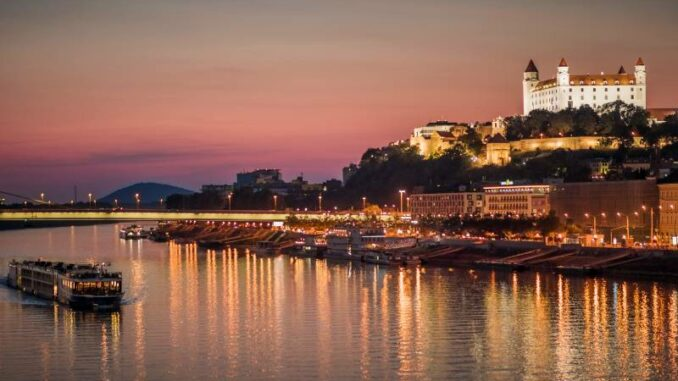 Bratislavsky-hrad_Burg-Bratislava _Abendliche-Burg-ueber-der-Donau_c-Bratislava-Tourist-Board-visitbratislava.com_800
