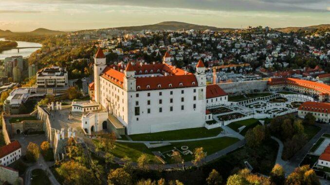 Bratislavsky-hrad_Burg-Bratislava _Luftbild-Burg-im-Morgenlicht_c-Bratislava-Tourist-Board-visitbratislava.com_800