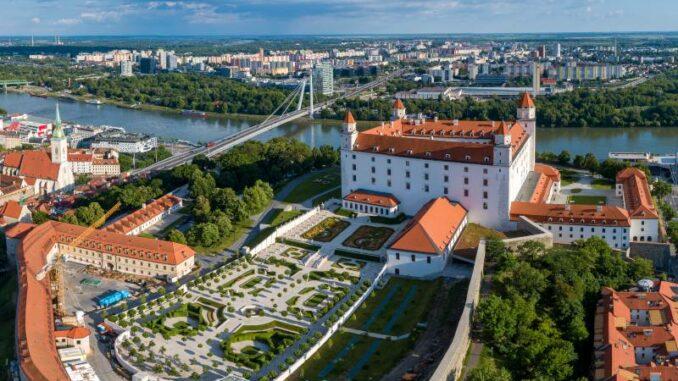Bratislavsky-hrad_Burg-Bratislava _Luftbild-Burg-mit-Garten_c-Bratislava-Tourist-Board-visitbratislava.com_800