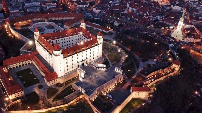 Bratislavsky-hrad_Burg-Bratislava _Luftbild-der Burg-bei-Nacht_c-Bratislava-Tourist-Board-visitbratislava.com_800