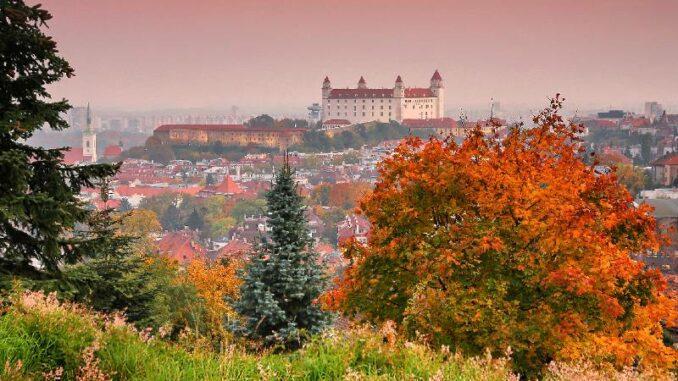 Bratislavsky-hrad_Burg-Bratislava _Panorama-der Burg-im-Herbst_c-Bratislava-Tourist-Board-visitbratislava.com_800