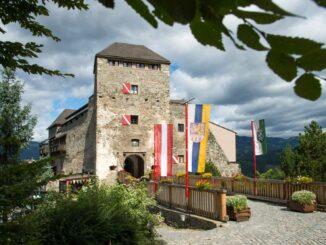 Burg Oberkapfenberg – mit Bannern geschmückt © Burg Oberkapfenberg Robert Tuechi picwish