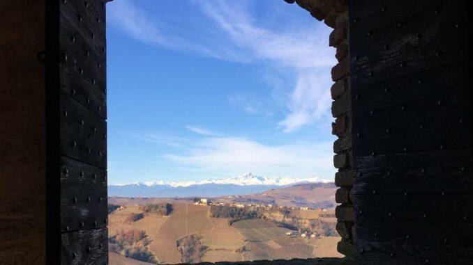 Castello-di-Serralunga_Blick-auf-die-schneebedeckten-Alpen_c_Max-Romanelli-Castello-di-Serralunga_800