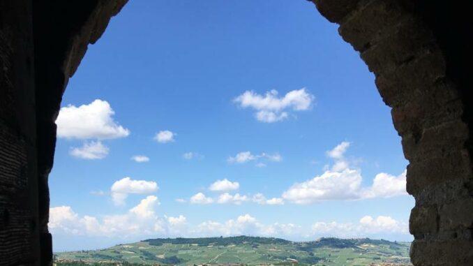 Castello-di-Serralunga_Blick-über-die-Ebene-der-Langhe_c_Max-Romanelli-Castello-di-Serralunga_800