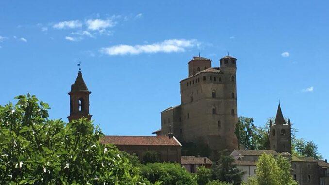 Castello-di-Serralunga_Seitenansicht_c_Max-Romanelli-Castello-di-Serralunga