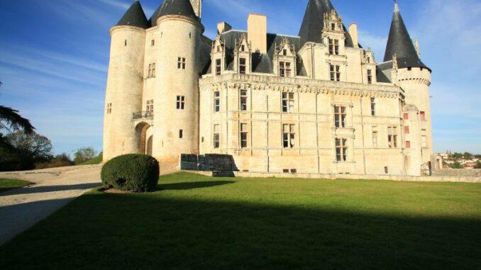 Chateau-de-La-Rochefoucauld_Fassade-im-Morgenlicht_c-Chateau-de-La-Rochefoucauld_800