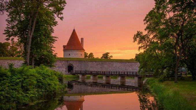 Kuressaare-piiskopilinnus_Turm-im-Licht_c-Martin-vesberg_800