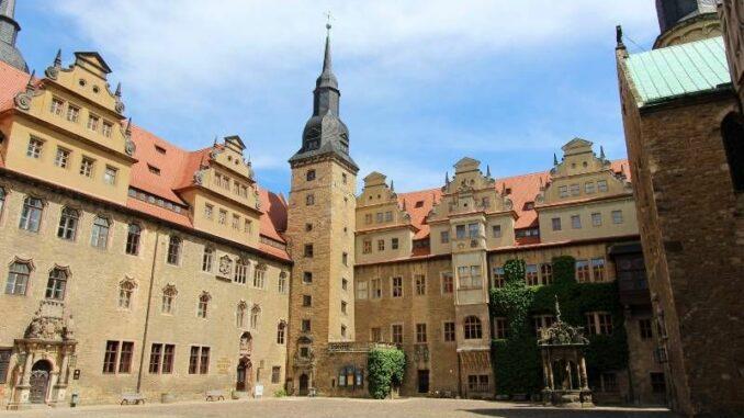 Schloss-Merseburg_Innenhof-mit-Neptunbrunnen_c-burgen-de_800