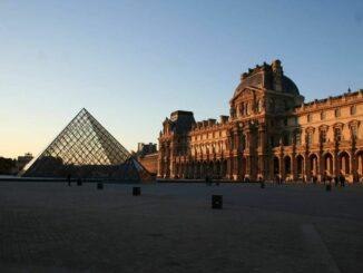 Louvre Pavillon Richelieu mit Pyramide © burgen.de