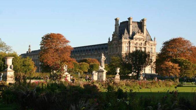 a_Pavillon-de-Flore-vom-Tuileriengarten-aus-gesehen_c-burgen-de_800