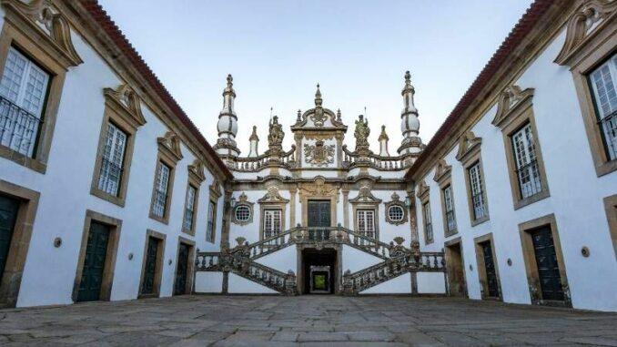 Casa-de-Mateus_Innenhof-und-Fassade_c-FernandoPendão_800