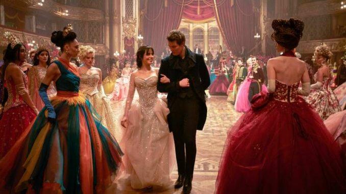 """Die Ballszene in """"Cinderella"""" mit ihren wundervollen Kostümen. © Amazon Studios All rights reserved"""