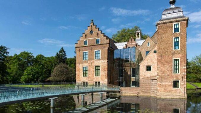 Kasteel-Ruurlo_Schloss-mit-moderner-Glasbrücke_c-Michael-van-Oosten_800