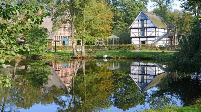 Museumsdorf Cloppenburg Teich mit Dorfkrug und Speicher © Eckhard Albrecht